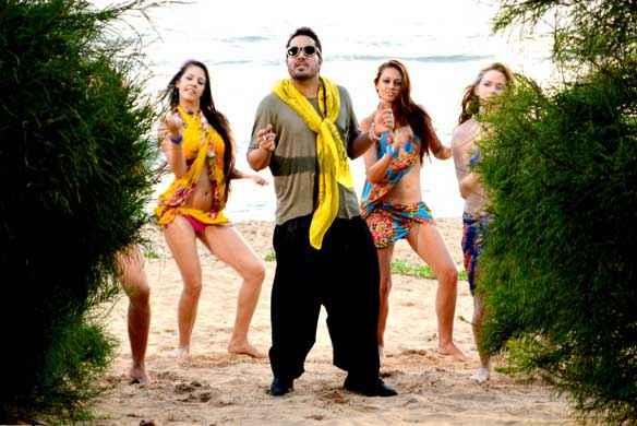 Balwinder Singh Famous Ho Gaya Mika Singh With Hot Bikini Girls Stills