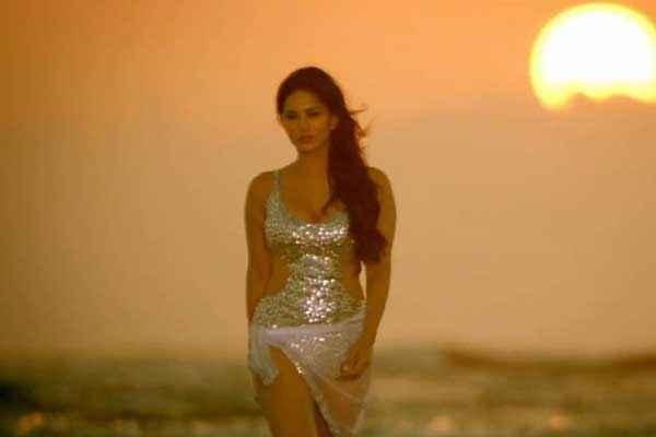 Balwinder Singh Famous Ho Gaya Sunny Leone Hot Bikini Stills