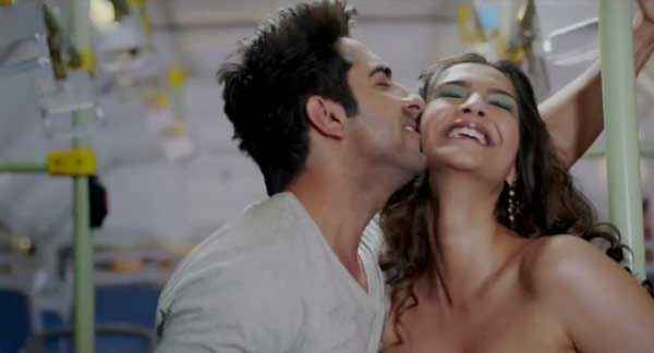 Bewakoofiyaan Ayushmann Khurrana Kissing To Sonam Kapoor Stills