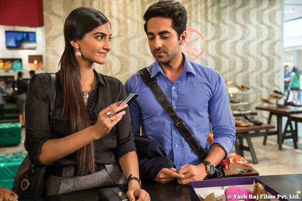 Bewakoofiyaan Ayushmann Khurrana Sonam Kapoor Doing Job Stills