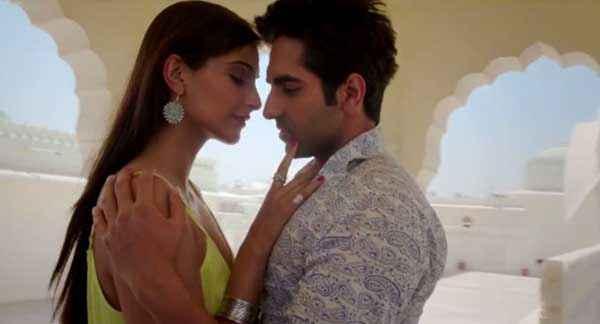 Bewakoofiyaan Ayushmann Khurrana Sonam Kapoor Romantic Scene Stills