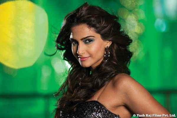 Bewakoofiyaan Sonam Kapoor Sexy Pics Stills