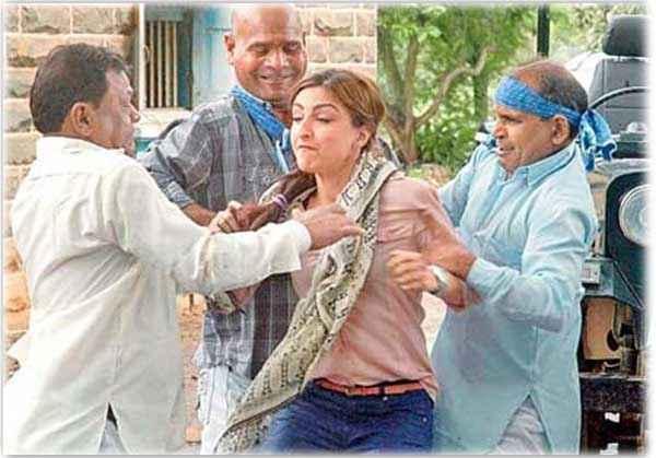 Chaarfutiya Chhokare Soha Ali Khan Fighting Scene Stills