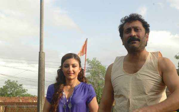 Chaarfutiya Chhokare Soha Ali Khan With Mukesh Tiwari Stills
