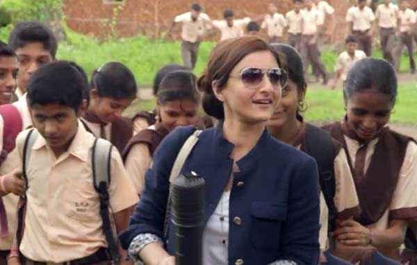 Chaarfutiya Chhokare Soha Ali Khan With School Kids Stills