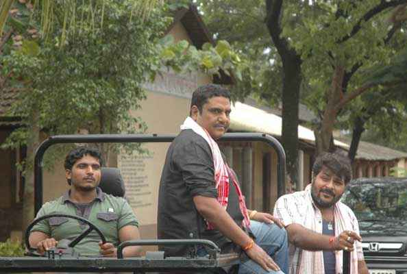 Chaarfutiya Chhokare Zakir Hussain Actor With Team Stills