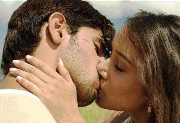 Ek Villain Sidharth Malhotra Shraddha Kapoor Hot Kiss Scene Stills