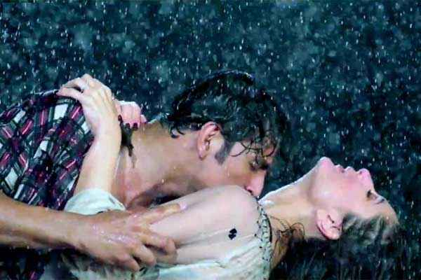 Gabbar Is Back Akshay Kumar Kareena Kapoor Hot Rain Scene Stills