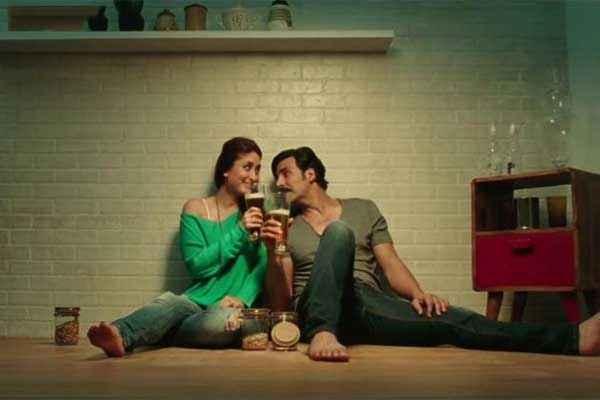 Gabbar Is Back Akshay Kumar Kareena Kapoor Taking Liqure Stills