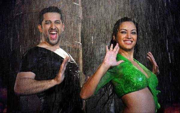 Grand Masti Aftab Shivdasani Sonali Kulkarni Rain Hot Scene Stills