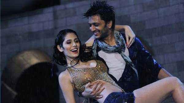 Grand Masti Ritesh Deshmukh Manjari Phadnis Hot Rain Scene Stills