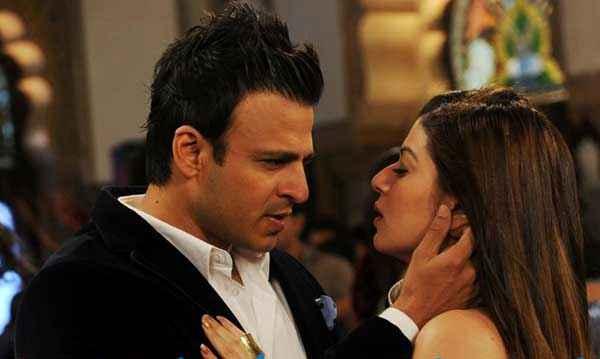 Grand Masti Vivek Oberoi Karishma Tanna Kiss Scene Stills