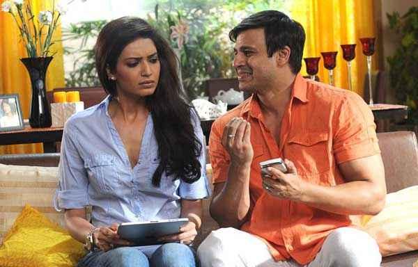 Grand Masti Vivek Oberoi Karishma Tanna Romance Scene Stills