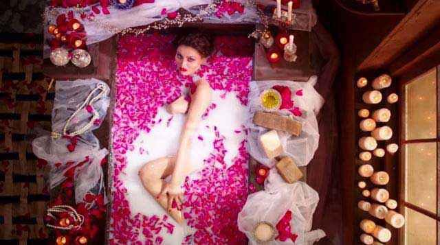 Great Grand Masti Urvashi Rautela In Bathtub Stills