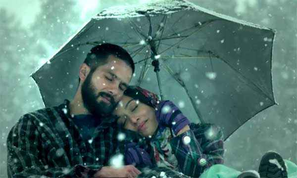 Haider Shahid Kapoor Shraddha Kapoor In One Umbrella Stills