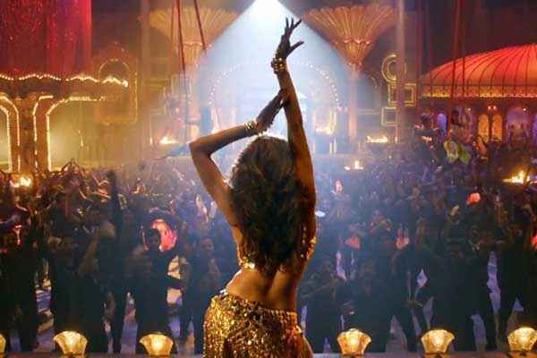 Happy New Year Deepika Padukone Dance In Lovely Song Stills