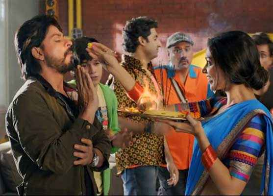 Happy New Year Deepika Padukone Giving Prasad to Shahrukh Khan Stills