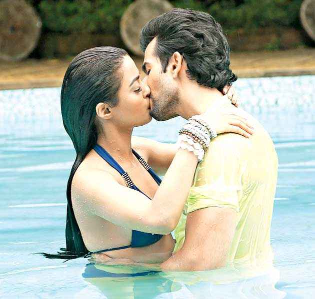 Hate Story 2 Jay Bhanushali Surveen Chawla Hot Kissing Scene In Water Stills