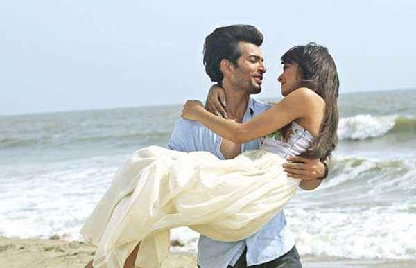 Hate Story 2 Jay Bhanushali Surveen Chawla Romance On Beach Stills