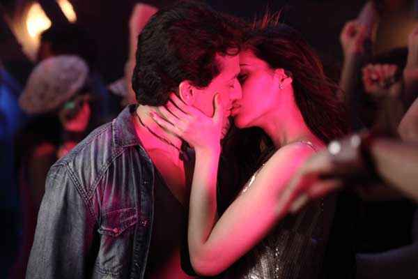 Heropanti Tiger Shroff And Kriti Sanon Sexy Kissing Scene Stills
