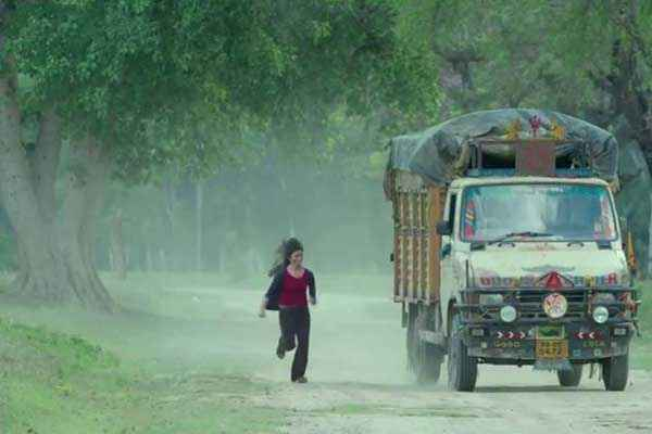 Highway Alia Bhatt Running With Truck Stills