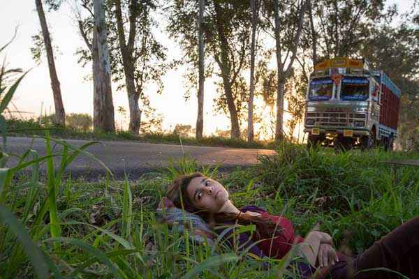 Highway Alia Bhatt Sleeping In Grass Stills
