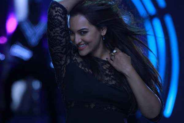 Holiday A Soldier Is Never Off Duty Akshay Kumar Sonakshi Sinha Dance In Blame The Night Stills