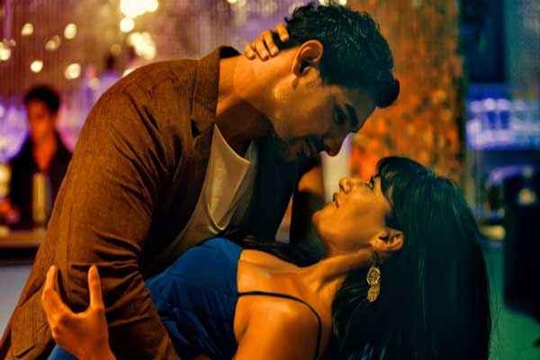 I Me Aur Main John Abraham Chitrangada Singh Romantic Scene Stills