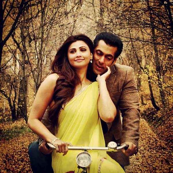 Jai Ho Daisy Shah Salman Khan On Cycle Stills