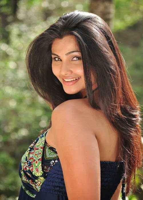 Jai Ho Daisy Shah Sexy Eyes And Smile Stills