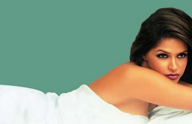 Julie (2004) Neha Dhupia Wallpaper Stills