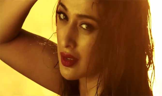 Julie 2 Raai Laxmi Hot Eyes Stills