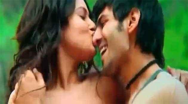 Kaanchi Mishti Kissing Kartik Tiwari Stills