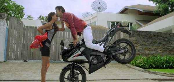 Karle Pyaar Karle Kiss Scene On Bike Stills