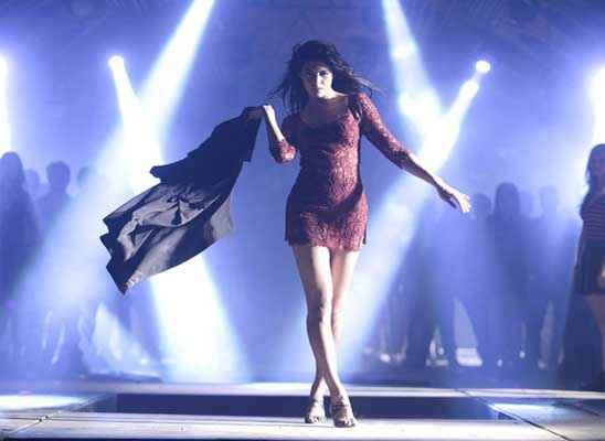 Kick Jacqueline Fernandez Red Short Skirt Stills