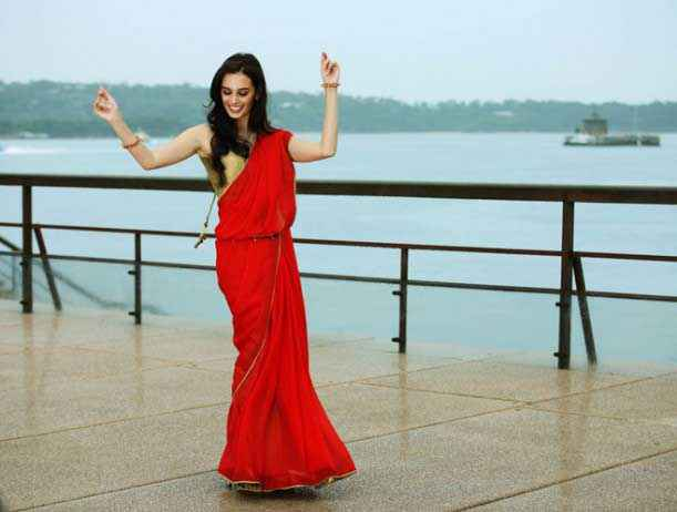 Main Tera Hero Evelyn Sharma In Red Saree Stills