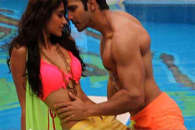 Main Tera Hero Varun Dhawan Ileana Dcruz Hot Romantic Scene Stills