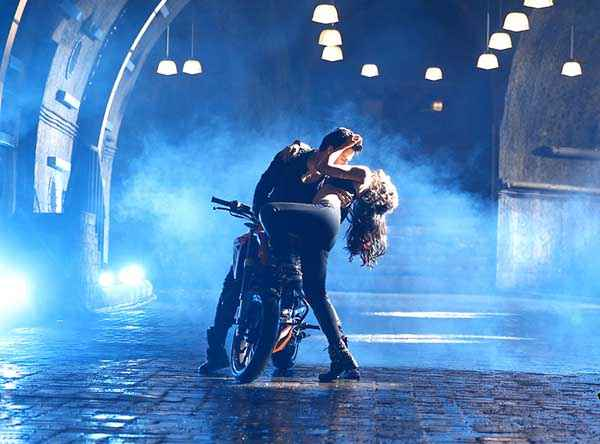 Main Tera Hero Varun Dhawan Ileana Dcruz Hot Scene On Bike Stills