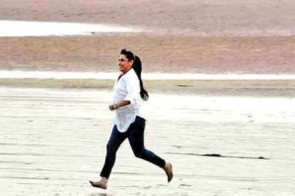 Mardaani Rani Mukerji Walking At Beach Stills
