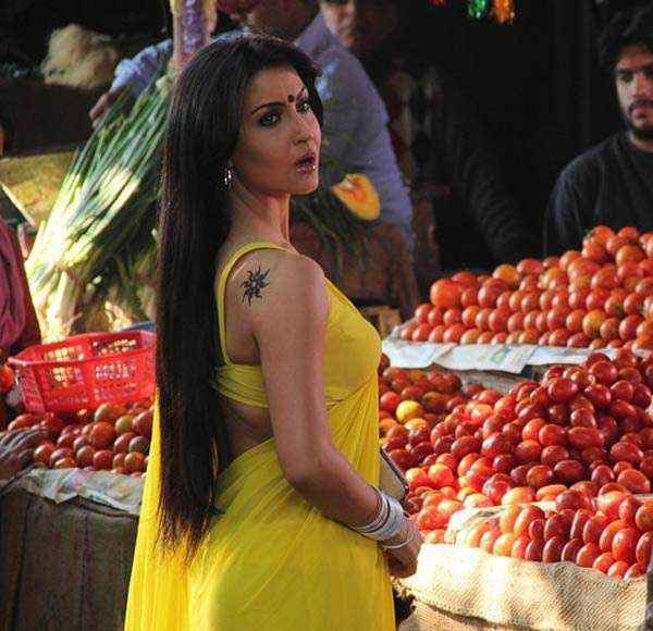 Mickey Virus Hot Elli Avram In Yellow Saree Stills