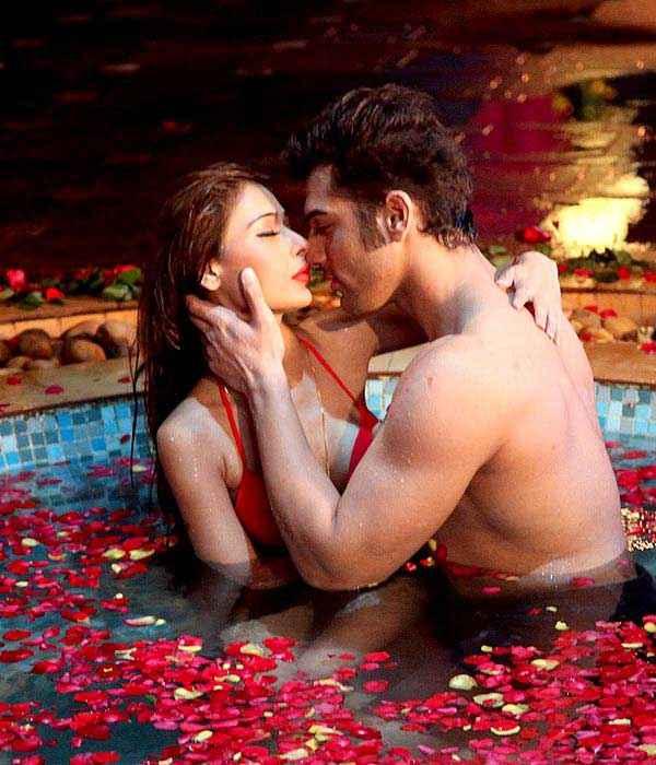 Midsummer Midnight Mumbai Paras Chhabra Sara Khan Sexy Scene In Water Tuff Stills