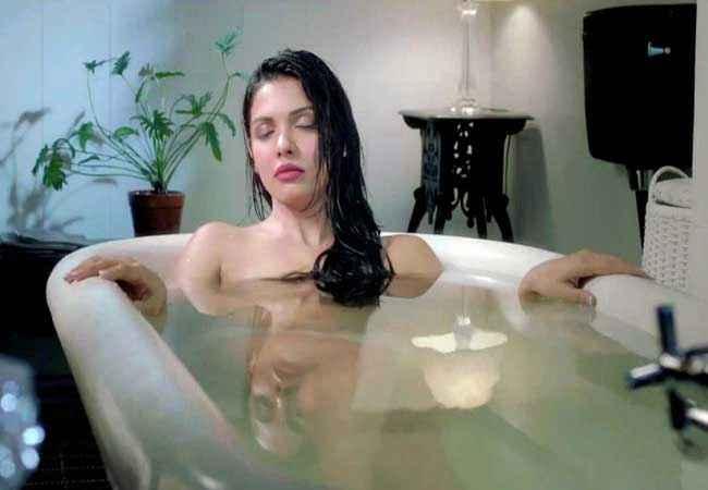 Murder 3 Mona Laizza in Bathtub Stills
