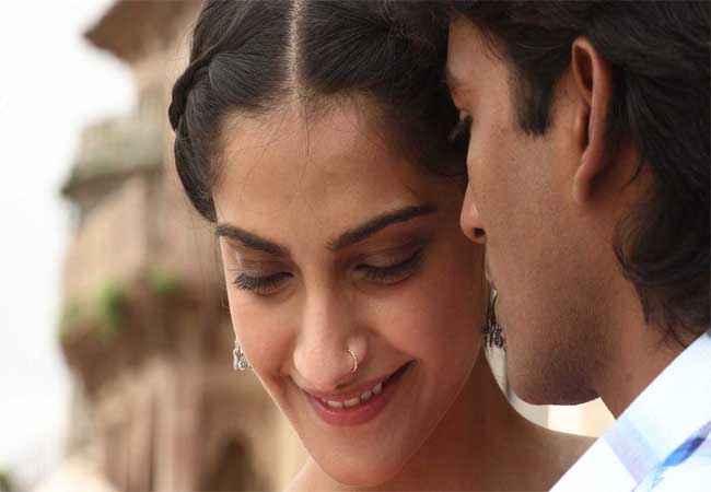 Raanjhnaa Dhanush, Sonam Kapoor Stills