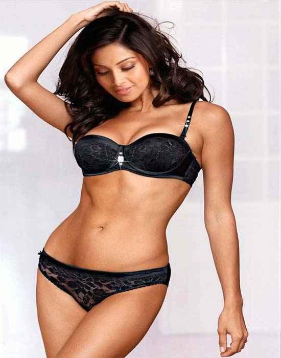 Raaz 3 Bipasha Basu In Bikini Stills