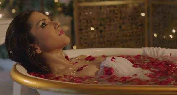 Ragini MMS 2 Hot Sunny Leone Bathing In Tab Stills
