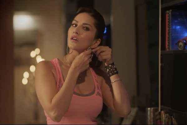 Ragini MMS 2 Sunny Leone Ear Ring Stills