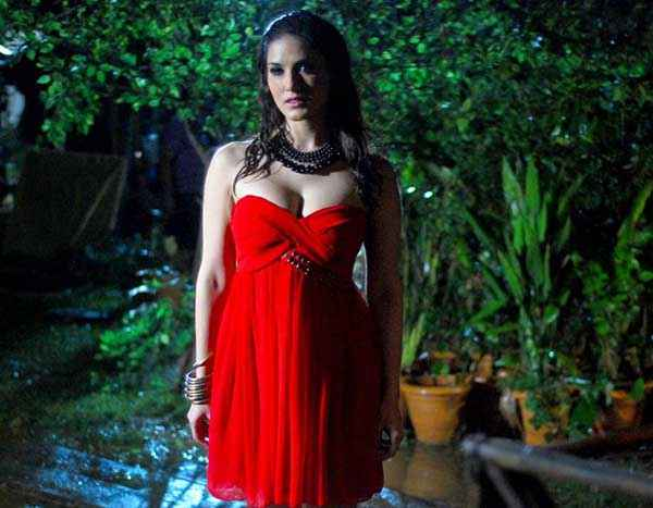 Ragini MMS 2 Sunny Leone Hot Boobs Cleavage In Red Dress Stills