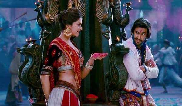 Ram Leela Ranveer Singh Deepika Padukone Playing Holi Rang Stills