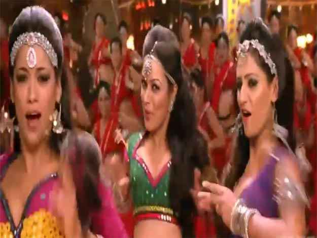 Rowdy Rathore Aa Re Pritam Pyare Song Dancers Stills