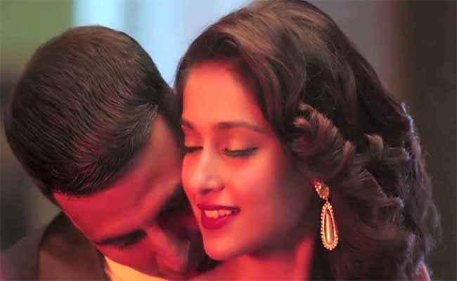 Rustom Akshay Kumar Kissing Ileana Dcruz Stills